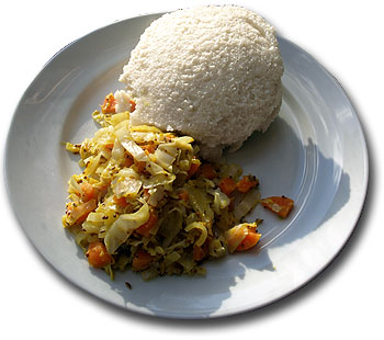 Ugali con repollo. Modificado de Mark Skipper/Wikipedia